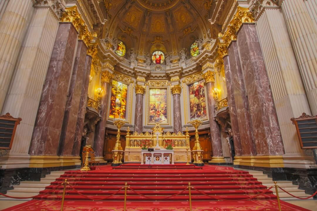 prunkvoller, goldener Altar im Berliner Dom
