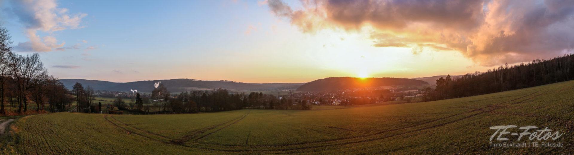 Sonnenuntergang im Weserbergland - Bodenfelde im Gegenlich der Sonne. Wo die Weser einen Bogen macht.